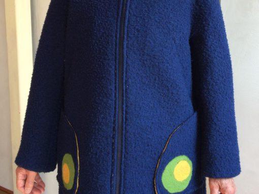 Blauwe vilten jas met ingevilt detail